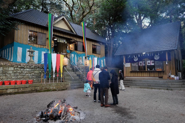 高茶屋神社の拝殿と社務所。