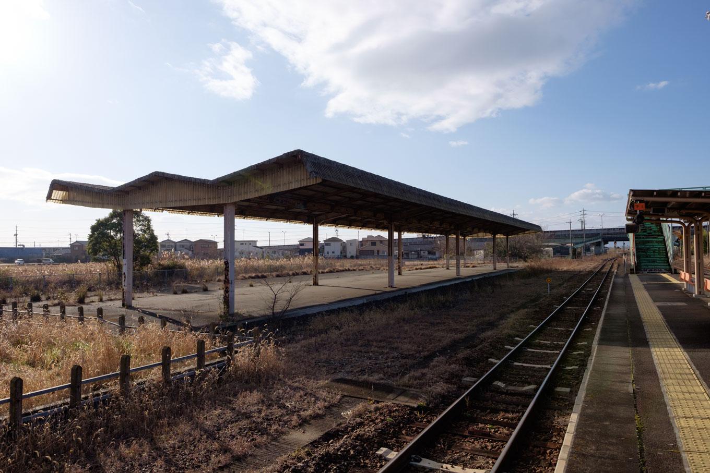 駅裏に残された貨物ホーム跡。