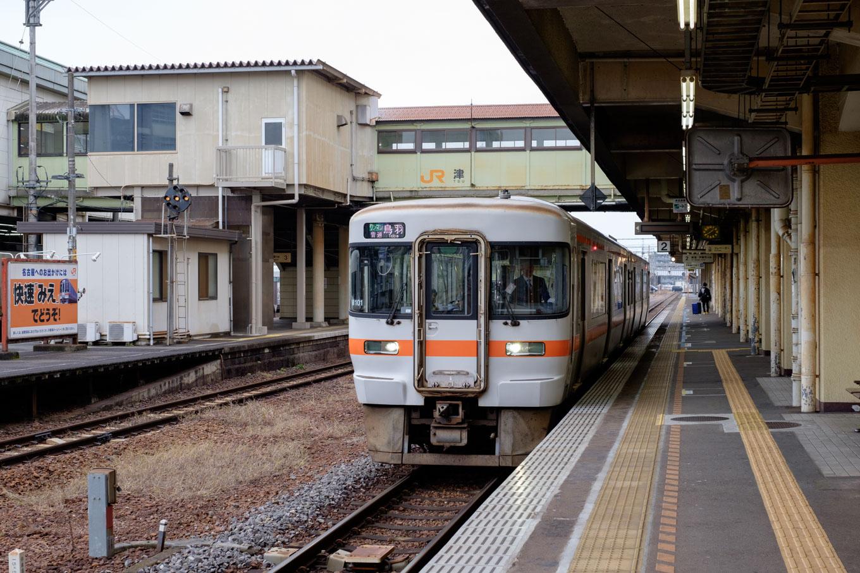 津駅の2番線に停車中の、普通列車の鳥羽行き 927C。