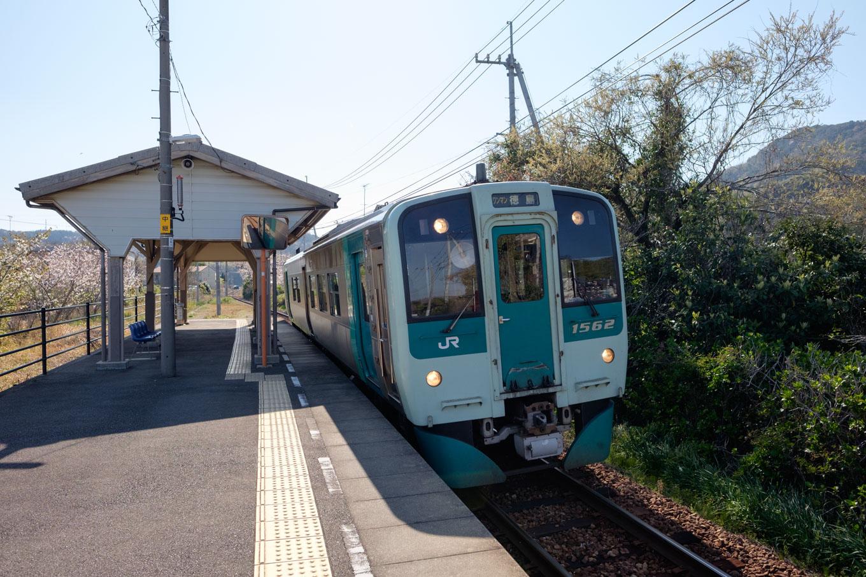 阿波橘駅に入線する、普通列車の徳島行き 4564D。