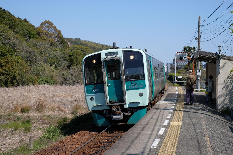 見能林駅に入線する、普通列車の海部行き 4535D。
