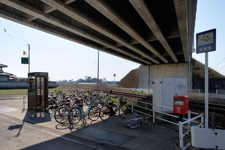 駅に隣接する陸橋下には、駐輪場・電話ボックス・郵便ポストが並ぶ。