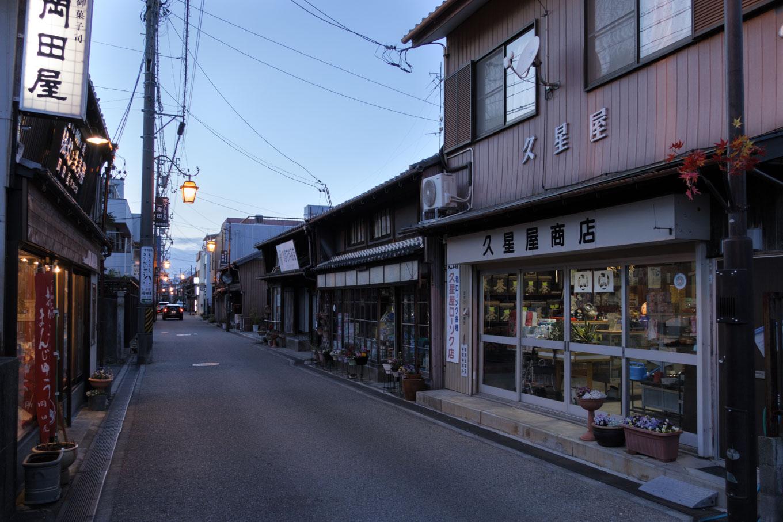 いくつもの商店が残る商店街。