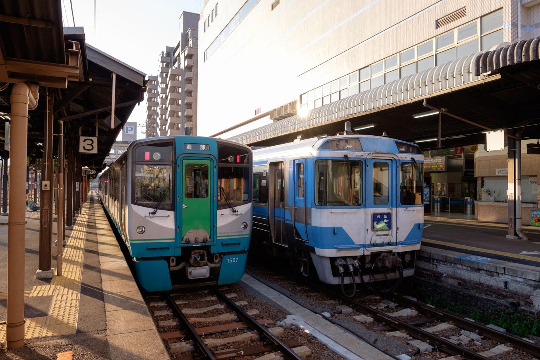 徳島駅で発車を待つ、普通列車の海部行き 527D。