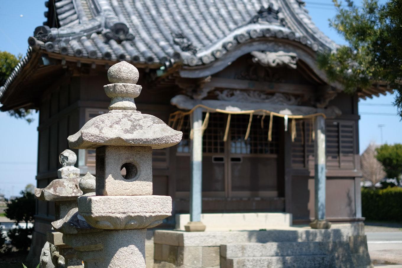 古津八幡神社にある足利義冬寄進の石灯籠。