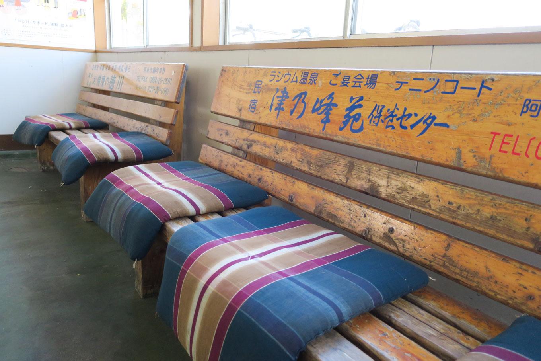 待合室のベンチ。