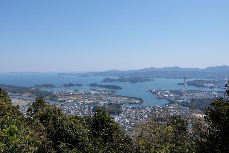 津峯神社の境内から眺める橘湾。