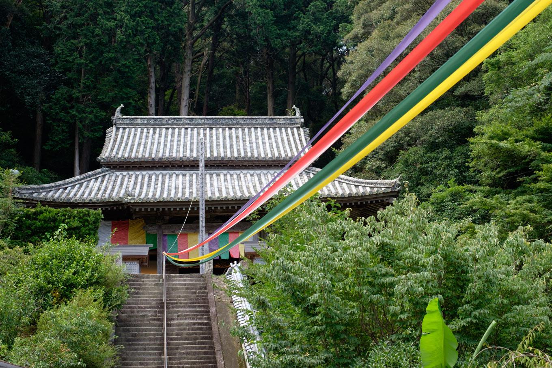 高台に建つ平等寺の本堂。