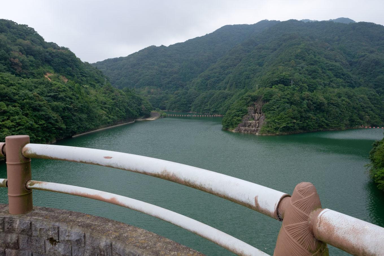 福井ダムの堤体上から、ダム湖を眺める。