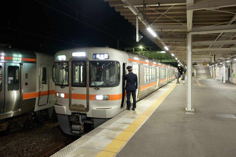 亀山駅の始発列車。