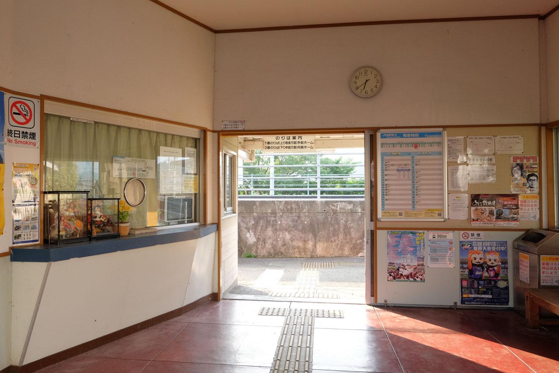 閉鎖された窓口と、開け放たれた改札口。