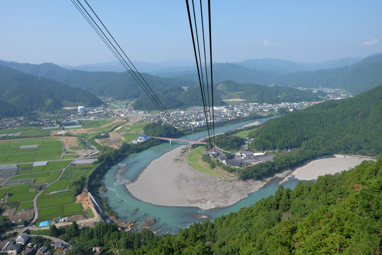ロープウェイから眺める那賀川。