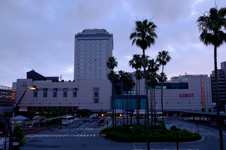 薄明かりのなかにある徳島駅舎。まだ往来は少なく静けさのなかにある。