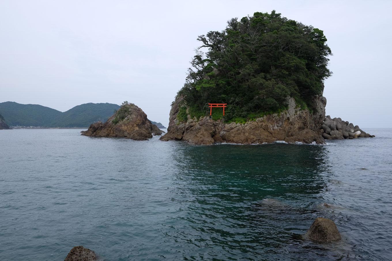 大浜海岸に向かい合う立島。