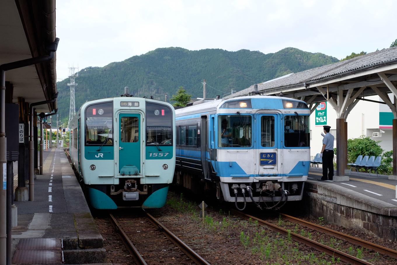 日和佐駅で特急むろと2号と交換する、普通列車の海部行き 4523D。