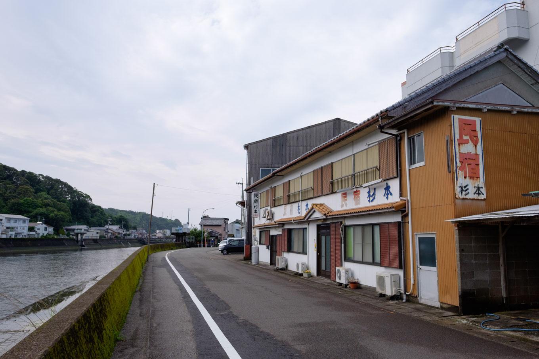 駅から漁港に向かう牟岐川沿いの道。沿道には民宿がある。