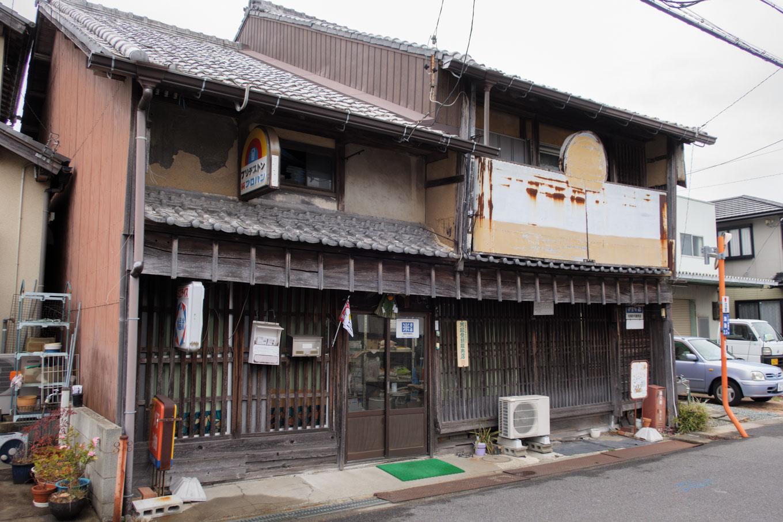 駅から阿漕浦にかけて点在する古びた家屋。