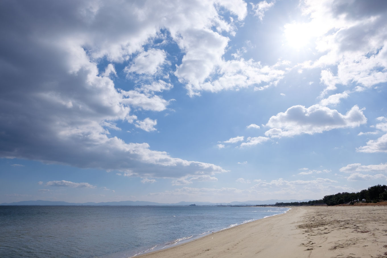 はるかに砂浜が広がる香良洲海岸。