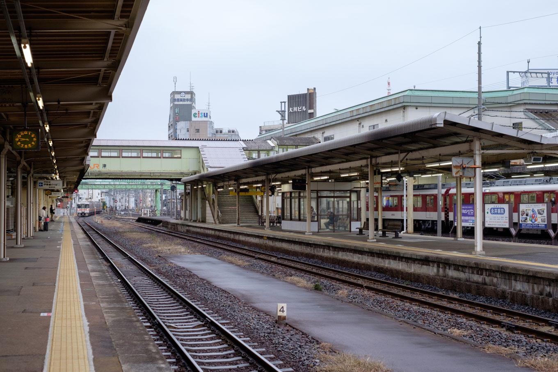 津駅のJRホーム。