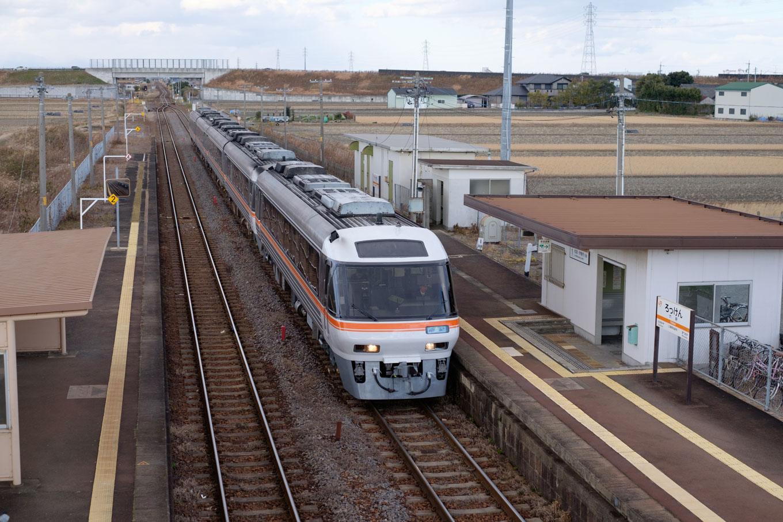 六軒駅ホームと、通過する特急南紀5号。